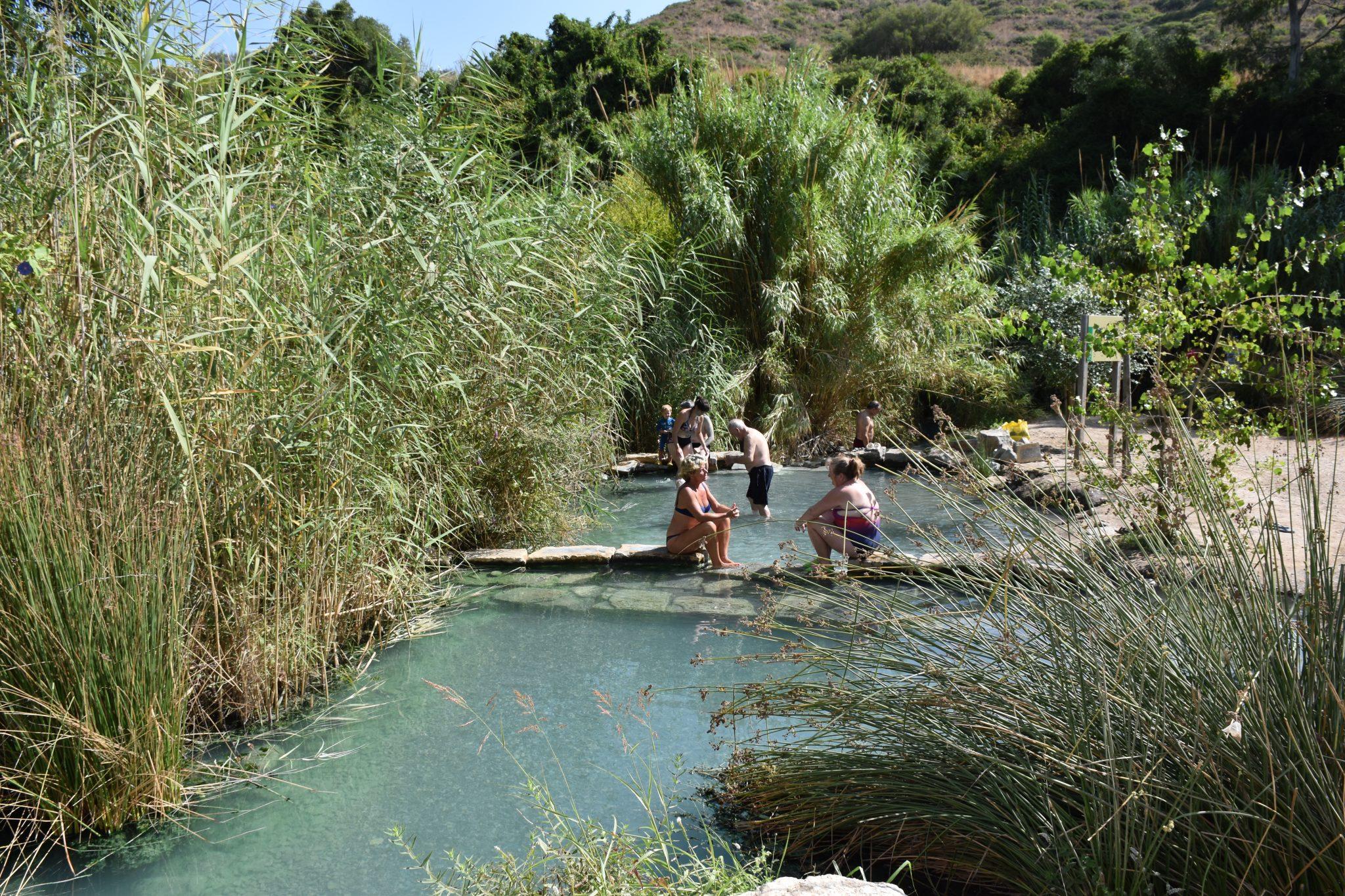 Man kan välja att bada i vattnet utanför grottorna. Det här samma vatten med hög halt av svavel som är bra för huden och kroppen.